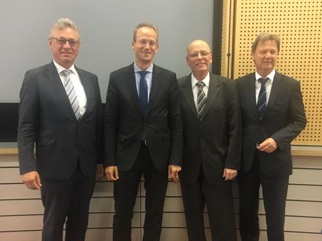Die BLM-Führungsriege: Präsident Siegfried Schneider (links) und Medienratsvorsitzender Walter Keilbart (rechts) mit dem neuen GF Dr. Thorsten Schmiege (2.v.l.) und seinem Vorgänger Martin Gebrande (2.v.r.) - (Foto: BLM)